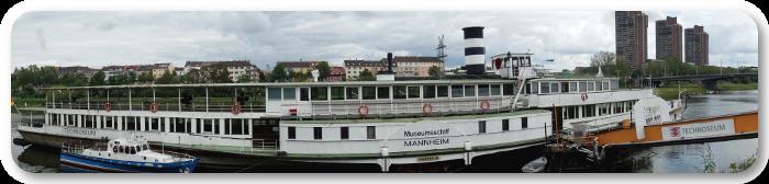 Dieses Panoramabild zeigt das Museumsschiff in Mannheim, am Neckar.